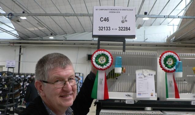 Nijverdaller René Krommendijk behaalde met zijn Catharinaparkieten goud en zilver tijdens de COM Wereldkampioenschappen zang- en siervogels in het Italiaanse Cenesa. Eigen foto.