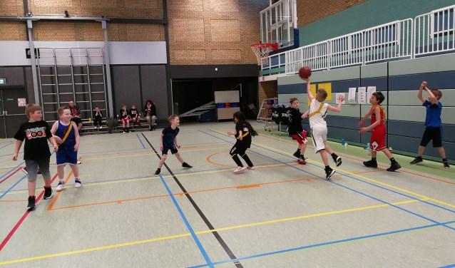 De Peanuts en U10 van Virtus uit Werkendam deden vorige week donderdag samen mee aan een toernooi. Het belangrijkste tijdens dit toernooi was plezier maken en teambuilding. Dat is erg goed gelukt. De drie teams hadden evenveel punten en het was erg gezellig.