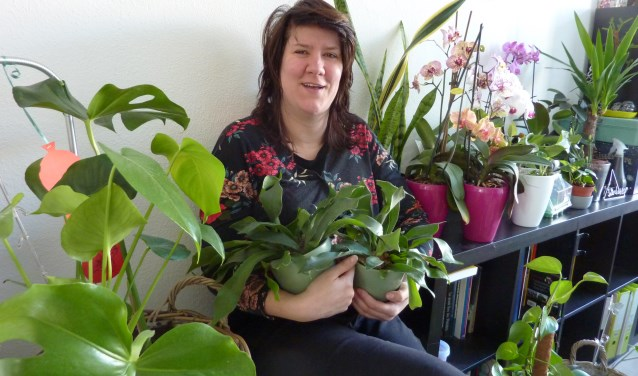 """Liselotte Piek: """"Ik vind plantjes geweldig. Als ik een sanseveria naast een afvalcontainer zie staan, móet ik 'm meenemen. (Foto: Magda de Vetten)"""