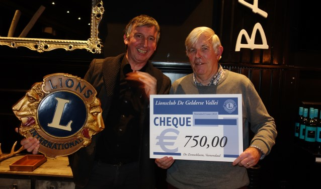 Op donderdag 8 maart ontving de voorzitter Jaap Kleppers uit handen van Michiel Pothoff van de Lions Club de cheque (zie foto).