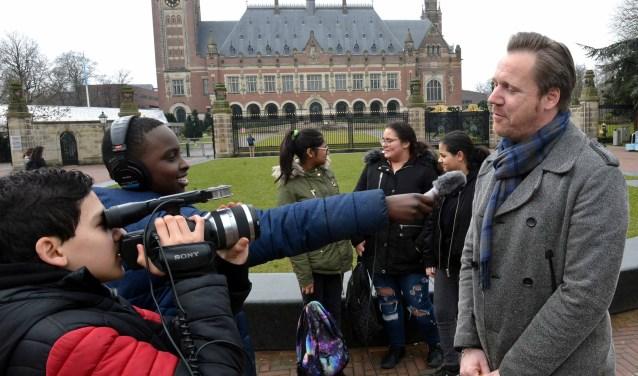 Leerlingen van de Weekendschool vragen honderduit over het Vredespaleis. (Foto: Jos van Leeuwen)