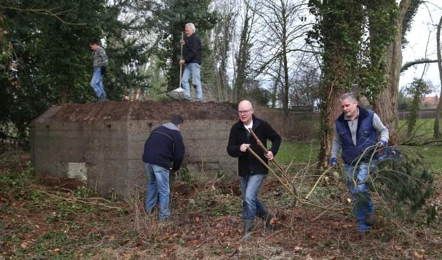 Ook de kazematten in Graven werden ontdaan van onkruid. (foto: Marco van den Broek)