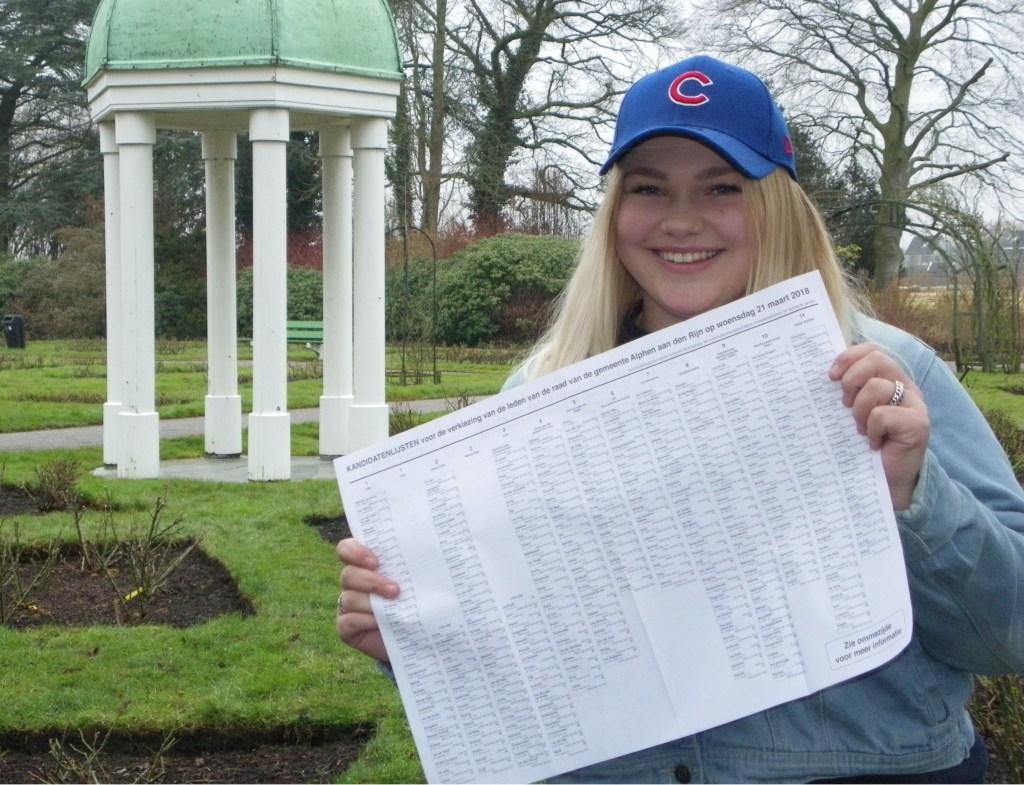 """Zoë van Santen (18) staat positief in het leven. Ze heeft oog voor de samenleving en zal daarom zeker haar stem uitbrengen. """"Ga niet alleen klagen, maar ga ook stemmen."""""""