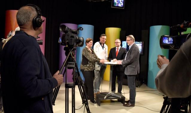 Jan Spijkerboer (r) in gesprek met Rogier Tetteroo (PvdA), Ronald Verkuijl (VVD) en Lenny Roelofs (SP)