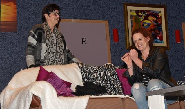 Veel lol tijdens een repetitie met Nel en haar dochter Hanneke. Foto: Jan Wijten