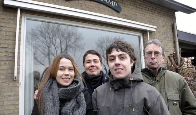 """Goossé Kant (m) met dochter Naomi, zoon Matteo en Michel Berkelmans: """"Toen het huis te koop kwam, zaten we met de vraag wat te doen."""" Goossé en de kinderen hadden hier al mooie herinneringen liggen."""