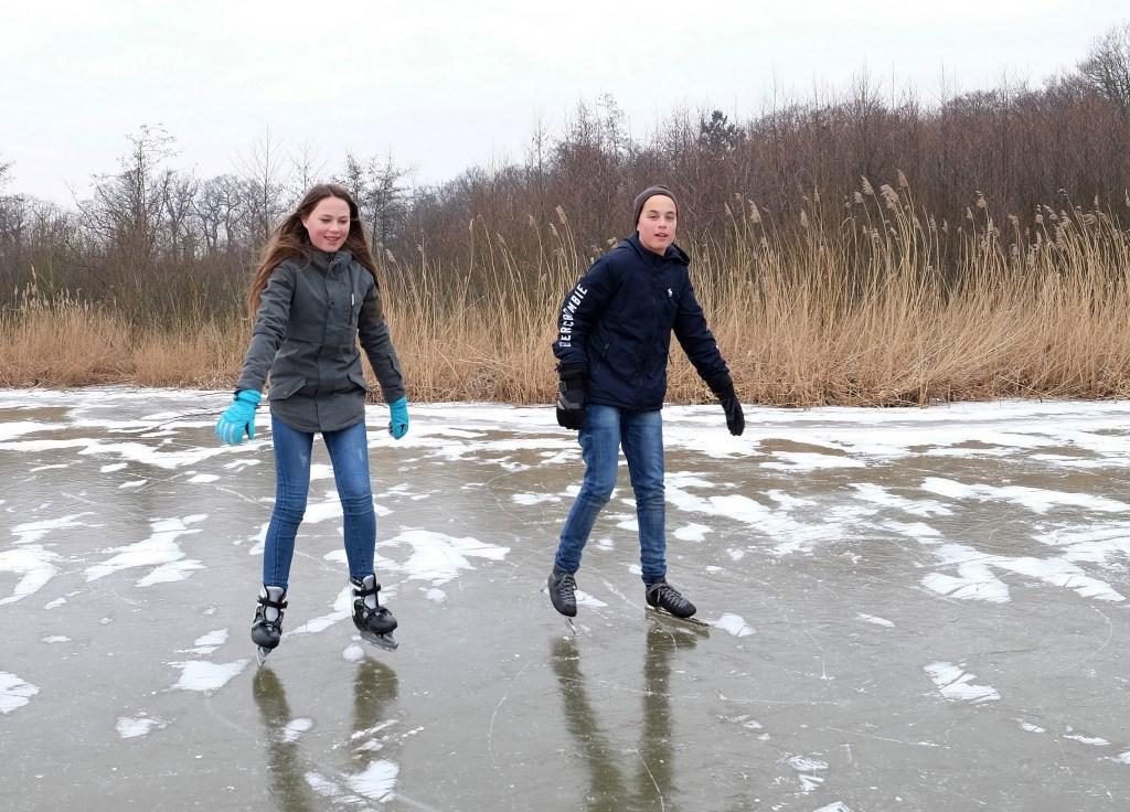 Veerle (l)en Jesper uit Amerongen nog een laatste dag genieten van het ijs.  © Persgroep