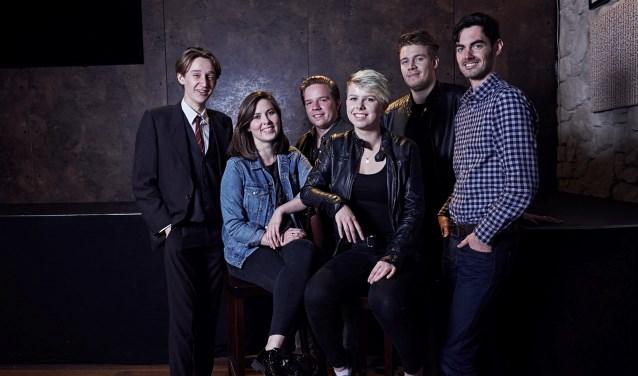 Van links naar rechts de singer-songwriters Oscar Rodenburg, Rosalie Meijer, Merijn Besselink, Iris Snellenburg, Leroy Helledoorn en Wouter Asveld (Son of Ashfield). Foto: Tessa Wiegerinck.
