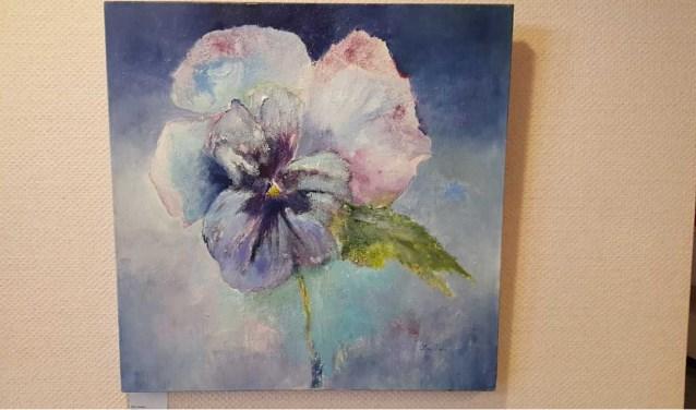 De kunstenares heeft een zwak voor bloemen. Daar zijn haar doeken rijkelijk van voorzien.