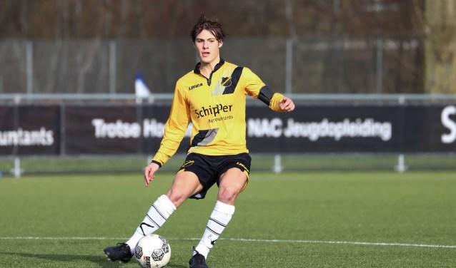 Jochem van den Biggelaar is aanvoerder bij het NAC elftal onder 19 jaar, de Roosendaler zet daar als controlerende middenvelder de lijnen uit.