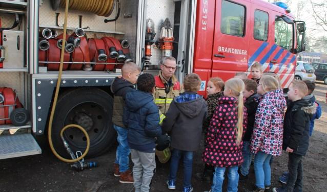 Vol belangstelling keken de leerlingen naar de brandweerauto met de vele verschillende slangen en andere hulpstukken (foto Jeroen van Waas)