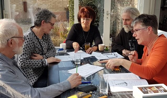 Kunstenaars van Kunstkring B-Art      Harry Lankveld, Claudy Cellier, Louise Bierhuizen, Dolf Bierhuizen en Marianne Appels aan het werk. Foto: René Appels