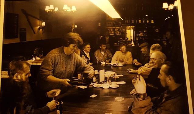 De foto in het rookhok herinnert ons aan de tijd dat het allemaal niet uitmaakte en de roker en niet-roker gewoon samen aan de stamtafel konden zitten.