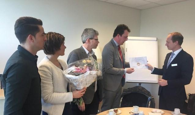 Wethouder Paul de Beer overhandigde op 28 februari het certificaat aan de bestuurder van Revant, Albert-Jan Mante (rechts op de foto).