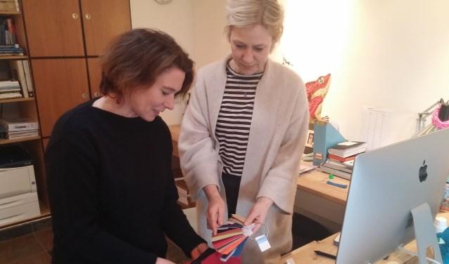 Ontwerpers Tanja Hagendijk en Pascale de Chene bepalen de kleuren en stoffen voor de winterjassen