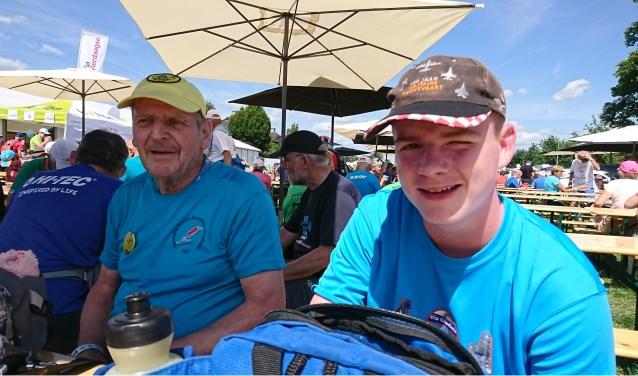 Jo Leijtens liep zijn 100.000ste geregistreerde wandelkilometer tijdens een korte vakantie in Holten, waar hij met een deel van zijn familie deelnam aan de Holterbergwandeltocht (20 kilometer).
