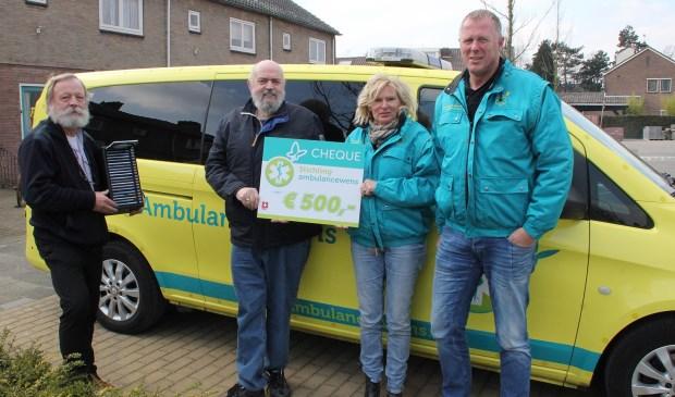 Stichting Ambulancewens ontvangt de cheque. (foto: Bert Bons)