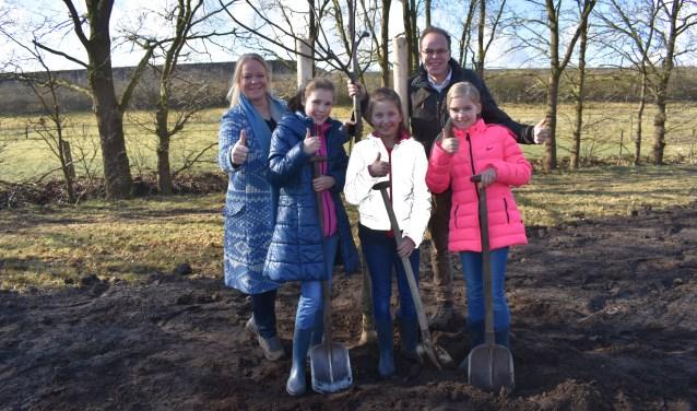 Na het planten van de boom hadden Lotte Hinsenveld, Evelien Lubbers en Dorienke van Grootheest, Hester Maij en Matthijs Nijboer van Natuur en Milieu Overijssel even tijd voor De Driehoek.