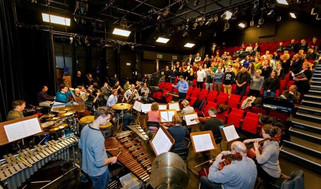 Van vrijdag 16 tot en met zondag 25 maart zal Stichting BOV in de Maagd in Bergen op Zoom de musical De Producers brengen. De afgelopen zondag was hiervoor de laatste orkestrepetitie. FOTO: DICK VERMAAS