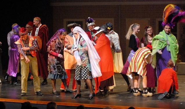 Theatervoorstelling Sigaren en Cuijkse koek was een  kleurrijk schouwspel in Schouwburg Cuijk. (foto: Tom Oosthout)