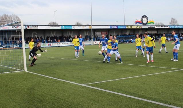 Een aanval van GVVV op het doel van FC Lissen. De ploeg van trainer Niek Oosterlee had weinig moet de bollenstreek voetballers. Het won het treffen met 2-0, maar had veel hoger moeten uitvallen. (Foto: Henk Jansen)