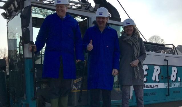 Van links naar rechts: wethouder Volbregt Smit, Menno Stok (AMARE Vastgoed) en Karin Wagemakers (Bouwbedrijf Wagemakers).