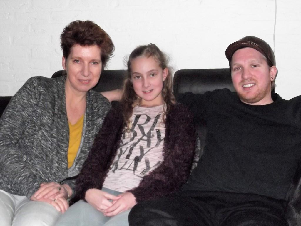 Lyme-patiënt Mike Billekens met zijn moeder Marion van Moorsel en zusje Laura Meesters die ook druk bezig is met de sponsorloop voor haar broer Mike. Foto: Idor van Duppen.