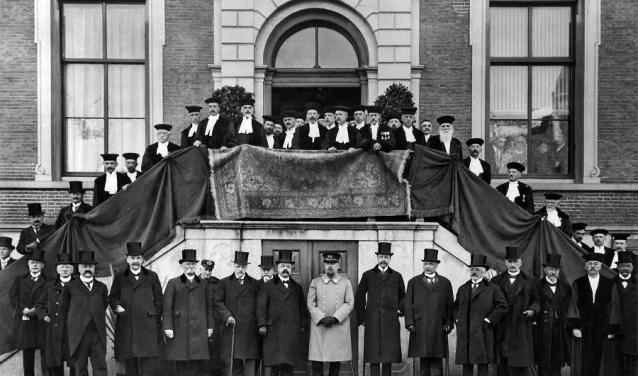 De opening van de Rijks Landbouw Hooge School. Vooraan ZKH Prins Hendrik.