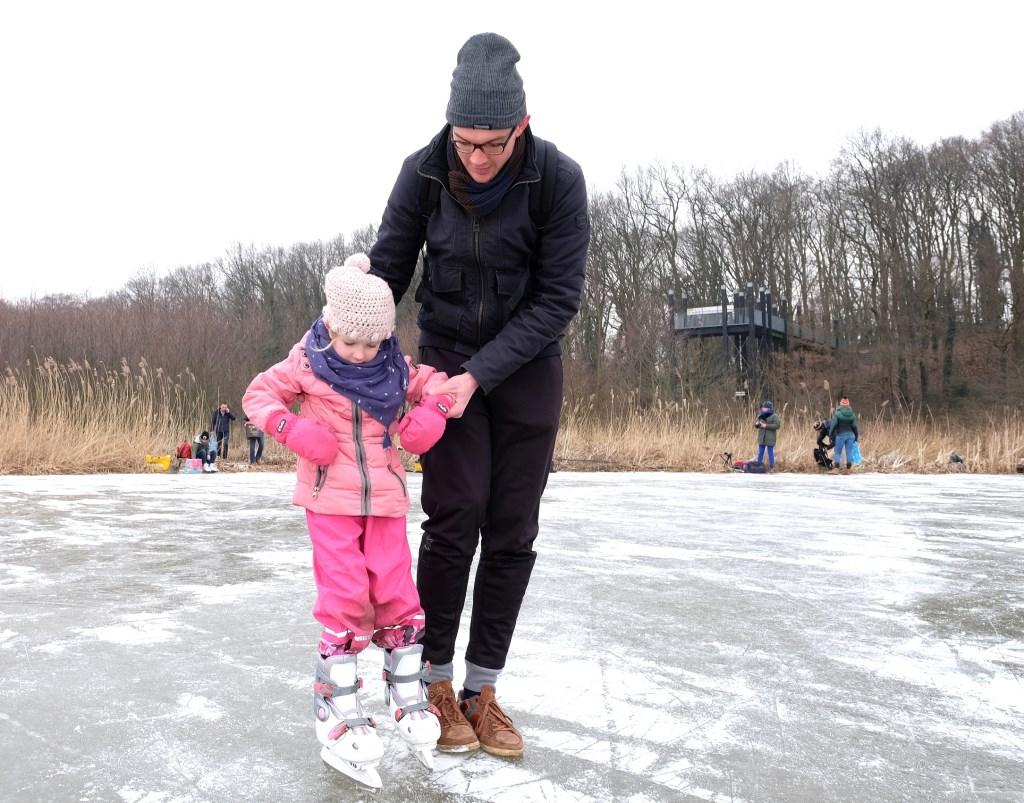 Veilg ondersteund tracht dit meisje de eesrte beginselen van het schaatsen.  © Persgroep