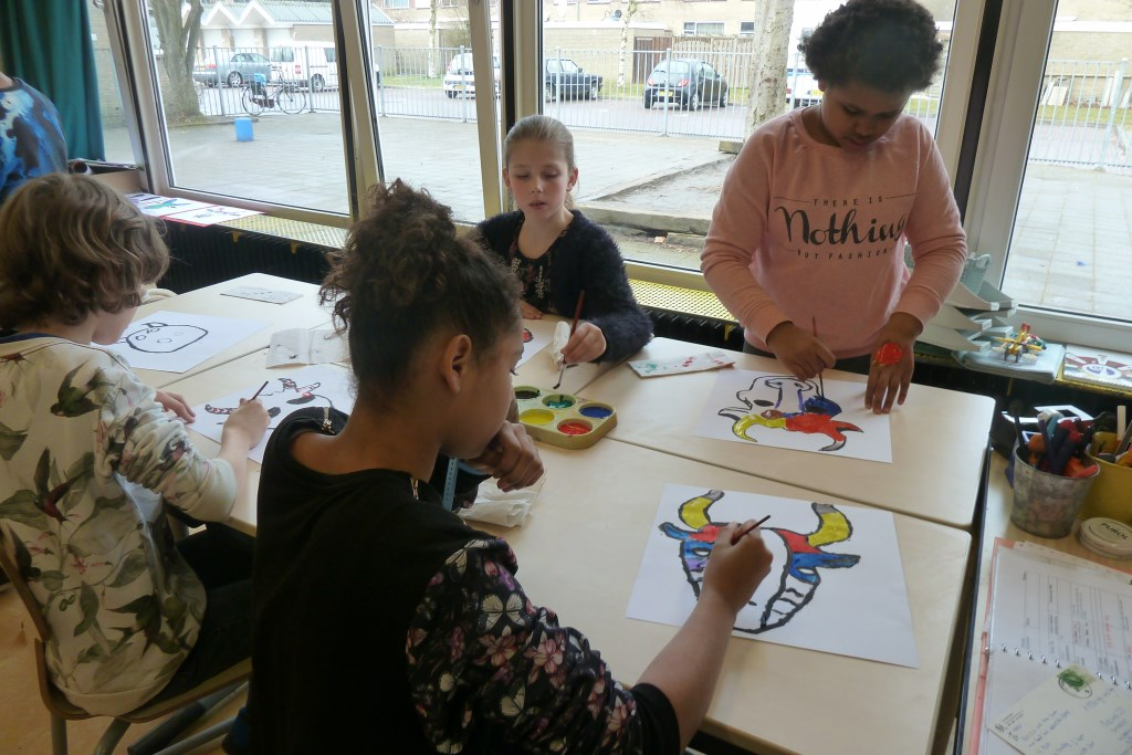 Kinderen van basisschool Wilgenhof zijn bezig met het project Dieren in de kunst.