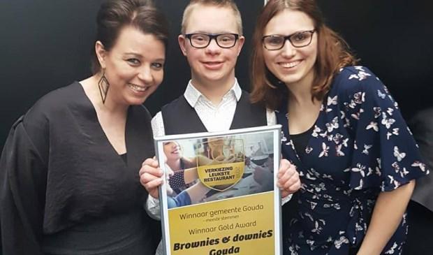 Saskia Langezaal, Julian en Annelies met de award behorende bij de titel Leukste Restaurant van Gouda. Foto: facebook