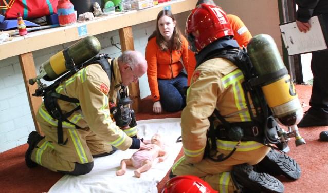 Het reanimeren van baby's was één van de belangrijke onderdelen van de brandweerwedstrijd. FOTO: Ad Adriaans.