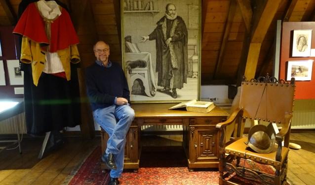 Peter den Hertog van de Geschiedkundige vereniging Oudewater bij het portret van Arminius, zoals te zien is in de nieuwe expositie in het Stadsmuseum Oudewater. (Foto: Margreet Nagtegaal)