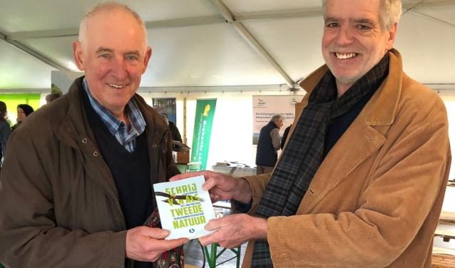 Peter Verdijk (rechts) overhandigt het eerste De Kneepboek aan Ruth Bakkenes. (foto: Marius van Dalen)