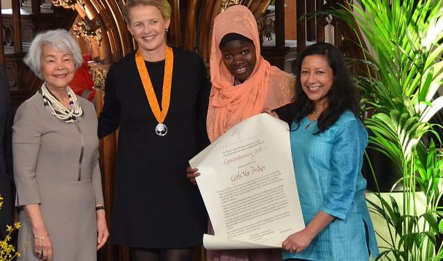 De Geuzenpenning uitgereikt door Lilian Gonçalves, oud-voorzitter van Amnesty (links). Naast haar Prinses Mabel, daarnaast Kasawadu Abubakari uit Ghana en Lakshmi Sundaram. (Foto: Frans Assenberg).Groet,
