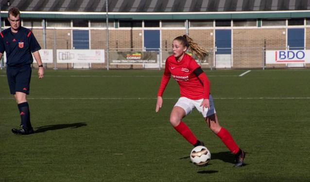 Danique van Ginkel uit Achterveld is een jong voetbaltalent. Als 4-jarige begon ze met voetbal bij SV Achterveld. 12 jaar later speelt ze haar eerste interlandwedstrijd. (Foto: Saestum)