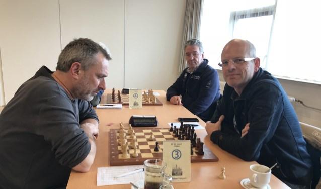 Erik van den Dikkenberg (rechts) won zijn partij voor Het Kasteel. (Foto Ritchy Duin)