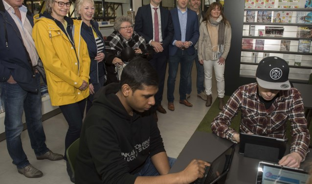 Lijsttrekkers kijken toe hoe de eerste Zoetermeerders de stemhulp invullen. Foto: Ronald Stam
