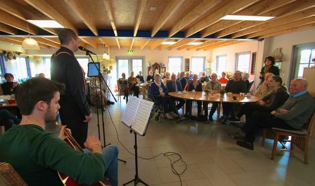 Zanger Wes Leurs uit Elst zingt voor bezoekers van de leef- en doe boerderij De Minkhof in Bemmel. De zanger vertolkte nummers van Toon Hermans en dat werd door de ouderen erg gewaardeerd.
