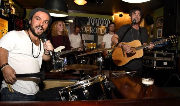 In Cafeetje Heeeurlijk trad de Goudse band Cookhouse op tijdens Popronde Gouda. Foto: Marianka Peters