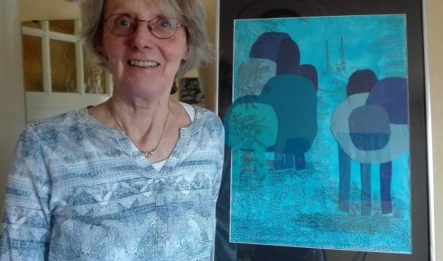 Marja van Keulen met schilderij uit de Expositie Blauw. Zij exposeert tot en met 15 mei in restaurant Pompei aan de Langegracht 10. (Foto: Adriënne Nijssen)