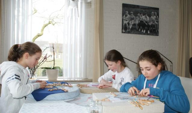 V.l.nr.r.:Birgit, Guusje en Kato uit Dongen zijn ingespannen aan het kantklossen (foto: Lia van Gool)