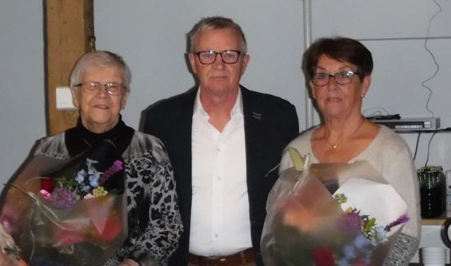 Vincent Elferink tussen de jubilarissen Truus Geesink (links) en Sonja Driesman in.