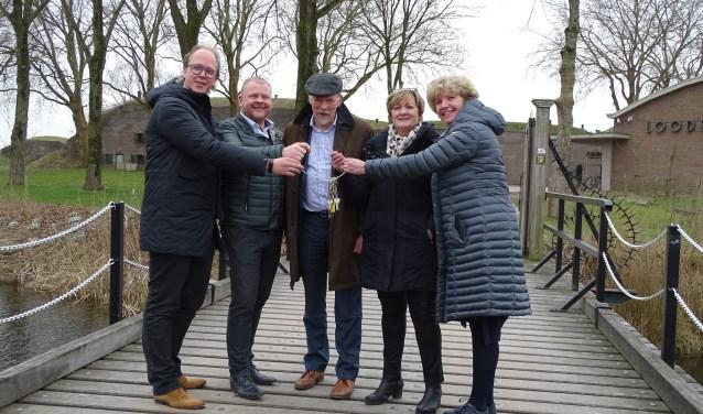 Sleuteloverdracht Kwartiermeesters aan Catering Lokaal. De dames Rina Nieuwenhuizen en Yvonne Pit zullen na bijna 20 jaar intensieve betrokkenheid het fort verlaten.