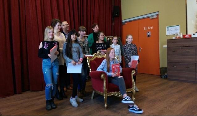 Winnares Carice Baak in de stoel met de overige deelnemers van de voorronde.