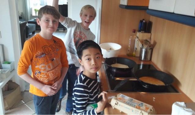 De kinderen van OBS Het Kofschip bakken pannenkoeken voor ouderen. (foto: PR)