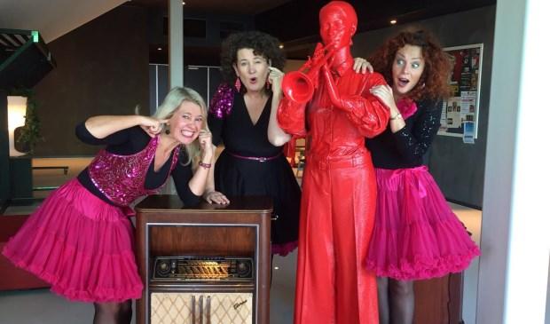 Pauwergirls,Monique, Jasmijn en Aleid. Op 8 maart, Internationale vrouwendag, maken ze een tournee langs  Zwolle Zuid (Jongerencentrum Rezet), Holtenbroek (Wijkcentrum Bachlaan), Wipstrik (Wijkcentrum Bestevaer) en Assendorp (Doas).