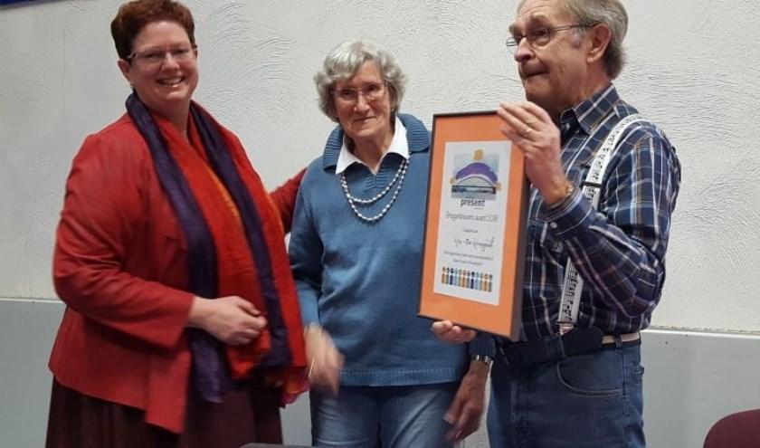 De eersten die verrast werden met een 'Bruggenbouwers Award'waren Ron en Fia Reyngoud van Muziekgroep 'Praatjes & Plaatjes'.