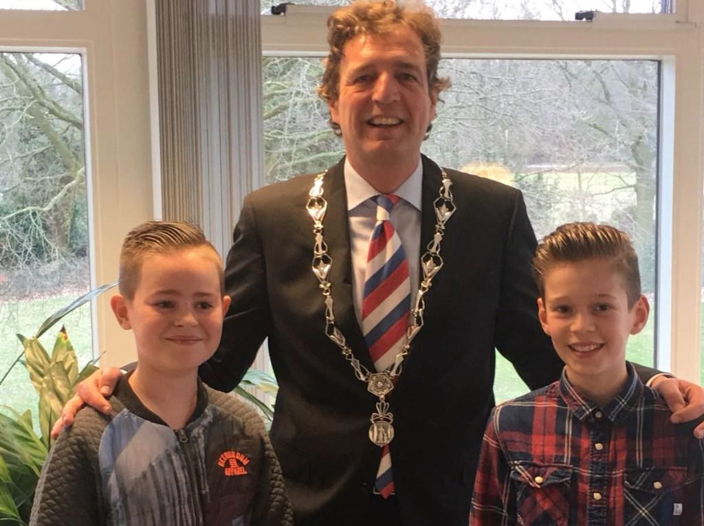Kinderen interviewen de burgemeester.