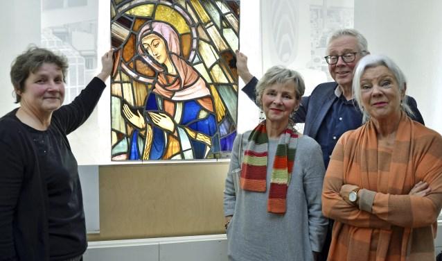 Ingrid Mens, hoofd museumcollectie, neemt het glas-in-loodraam in ontvangst van de familie Akkermans. Isabelle (vlnr), Erik en Gilberthe. Het raam was tot en met 1966 in de St.Andreaskerk bevestigd. (foto: Ab Hendriks)